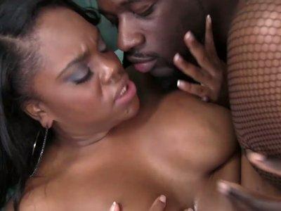 Bootylicious balck chick Samone Taylor rides cock of Nathan Threat